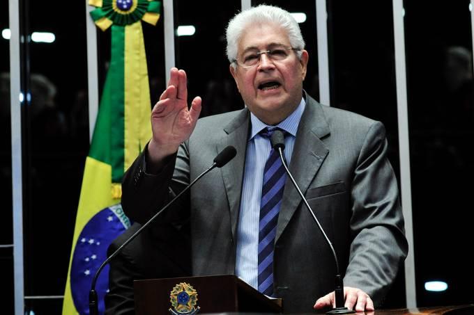 O senador Roberto Requião (PMDB-PR) em discurso durante o julgamento do processo de impeachment da presidente afastada Dilma Rousseff