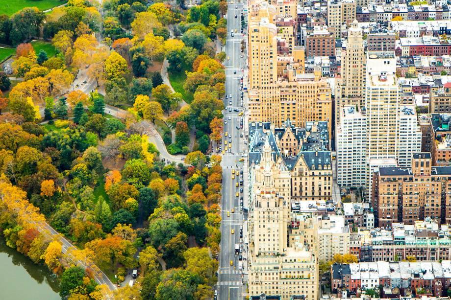 Foto aérea mostra a avenida que divide o Central Park e o resto da cidade de Manhattan