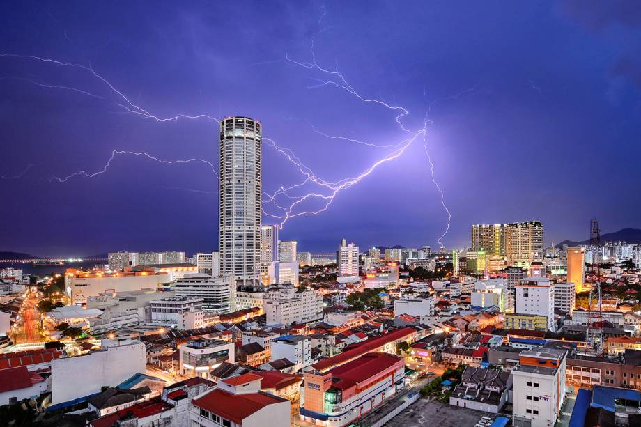 Fotógrafo registra tempestade de raios que atingiu a icônica torre Komtar, símbolo da cidade de Gorge Town, em Penang, na Malásia