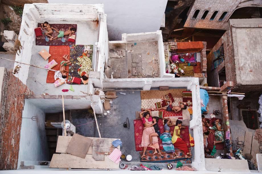 Fotógrago registra família dormindo nos telhados de suas casas, em Varanasi, na Índia