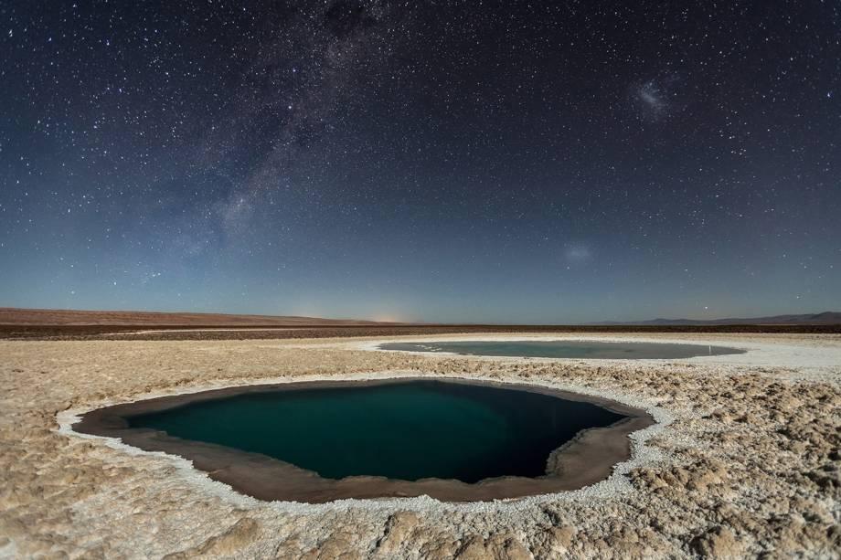 """Fotografia registra os lagos de Baltinache, também apelidados de """"lagos escondidos"""". É um conjunto de sete lagos localizados na Cordilheira do Sal, perto de San Pedro de Atacama, no Chile"""