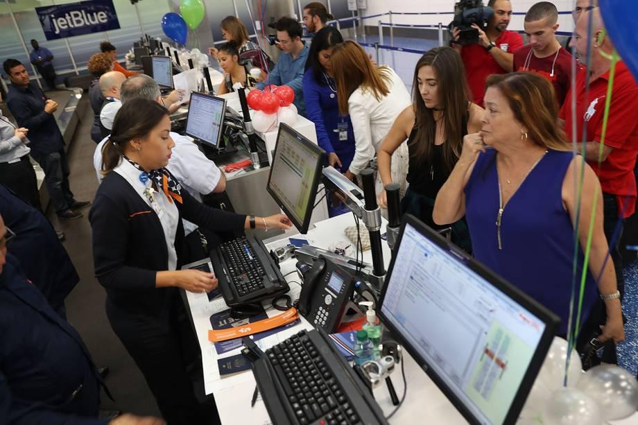 Passageiros fazem check-in em Fort Lauderlade, na Flórida, para embarcar no primeiro voo com destino a Cuba feito em mais de 50 anos - 31/08/2016