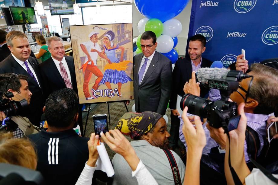 CEO da companhia aérea JetBlue, Robin Hayes (esq.) e Embaixador cubano dos Estados Unidos, Jose Ramon cabanas, posam ao lado de ilustração comemorativa em homenagem ao primeiro voo partindo do Aeroporto Internacional de Fort Lauderdale, na Flórida, para Cuba, em mais de 50 anos - 31/08/2016