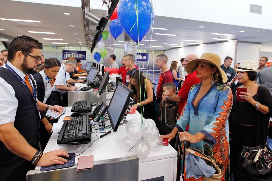 Passageiros fazem check-in antes de embarcar em voo com destino a Cuba, o primeiro voo a completar esta rota em 50 anos - 31/08/2016
