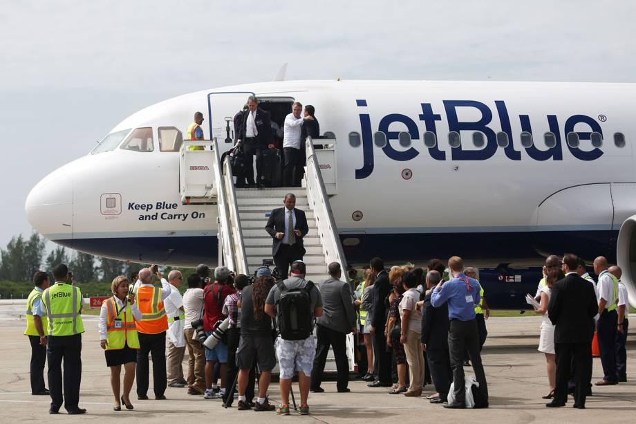 Secretário de Transporte americano, Anthony Foxx, desembarca junto com outros passageiros no Aeroporto Internacional Abel Santamaria, na cidade de Santa Clara, em Cuba - 31/08/2016