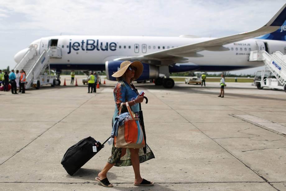 Passageira americana desembarca no Aeroporto Internacional Abel Santamaria, na cidade de Santa Clara, em Cuba - 31/08/2016