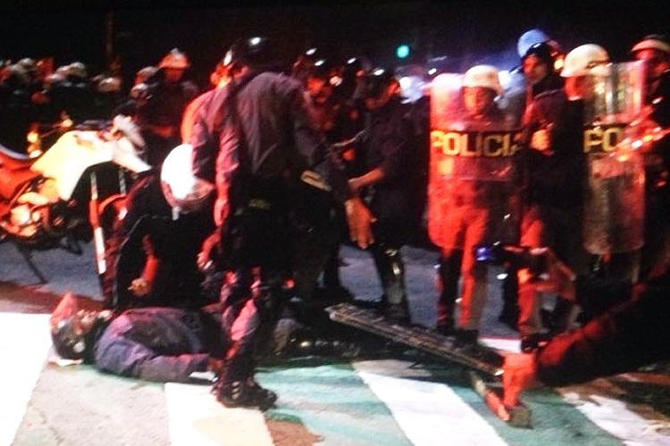 PM toma pedrada na Rua da Consolação
