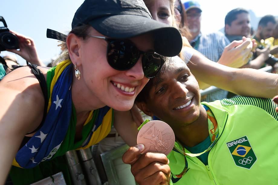 Isaquias Queiroz comemora com a torcida a conquista da medalha de bronze na canoagem - 18/08/2016