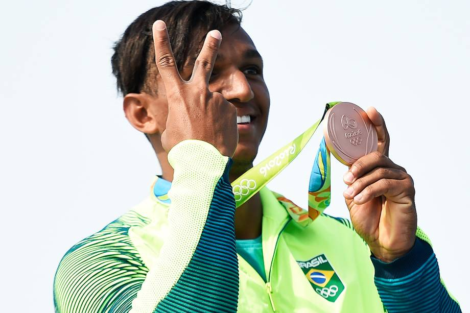 """Em outra grande prova, Isaquias Queiroz ganhou a medalha de bronze na prova C1 200m na canoagem, na manhã de quinta-feira (18). Após ter feito o melhor tempo das semifinais, o brasileiro era o favorito, mas o ouro ficou com o ucraniano Iurii Cheban. Ele largou atrás, fez uma prova de recuperação e só garantiu o pódio na linha de chegada, ao fazer o """"chute"""" final projetando a canoa à frente. Com essa conquista, ele se tornou único brasileiro a subir ao pódio duas vezes na Rio-2016."""