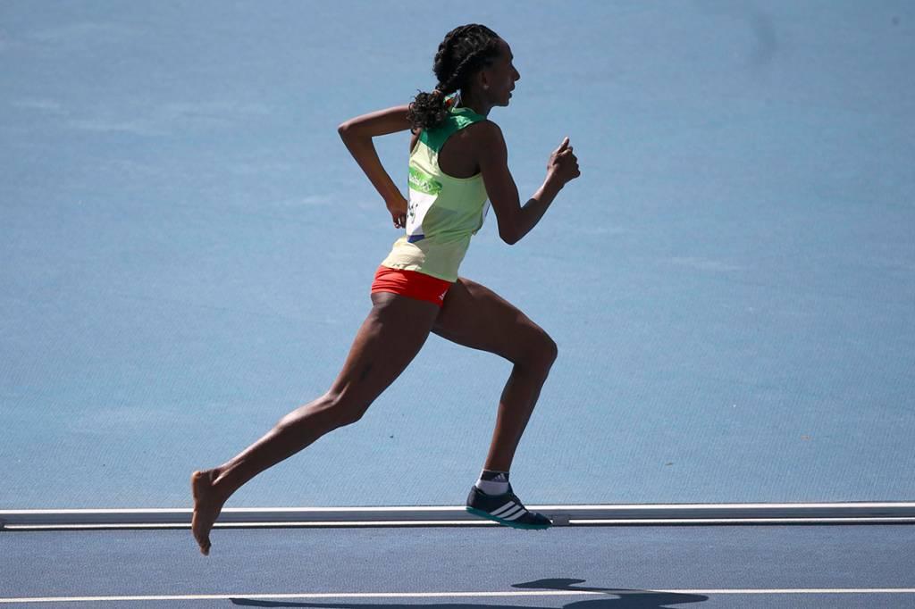 Atleta etíope, Etenesh Diro, corre prova de 3000m com obstáculos sem a sapatilha no pé direito