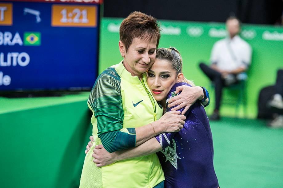 Daniele Hypolito abraça treinadora após apresentação de ginástica na Arena Olímpica da Barra, Rio de Janeiro
