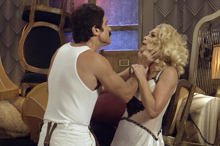 Sandra (Flávia Alessandra) e Ernesto (Eriberto Leão) brigam em 'Êta Mundo Bom!'