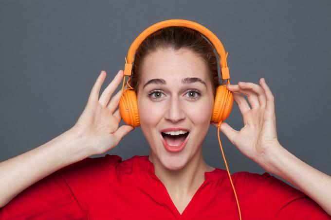 Jovem com fones de ouvido