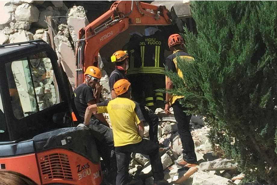 Bombeiros e socorristas trabalham na cidade de Accumoli, na região central da Itália, após forte terremoto atingir a região - 24/08/2016