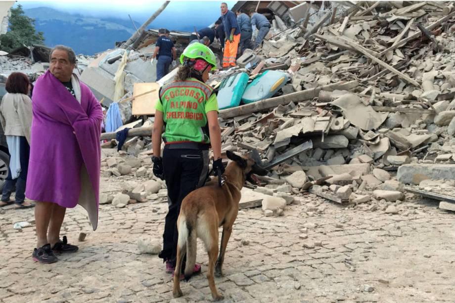 Trabalho de buscas por vítimas é realizado em Amatrice, no centro da Itália, após forte terremoto atingir a região - 24/08/2016