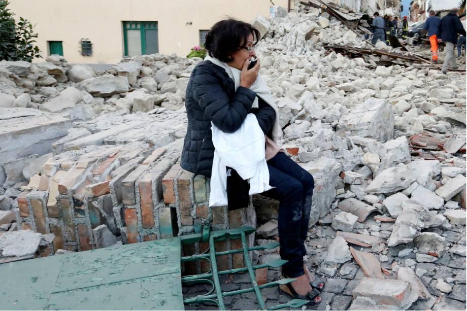 Mulher observa destruição causada pelo tremor em Amatrice, no centro da Itália - 24/08/2016