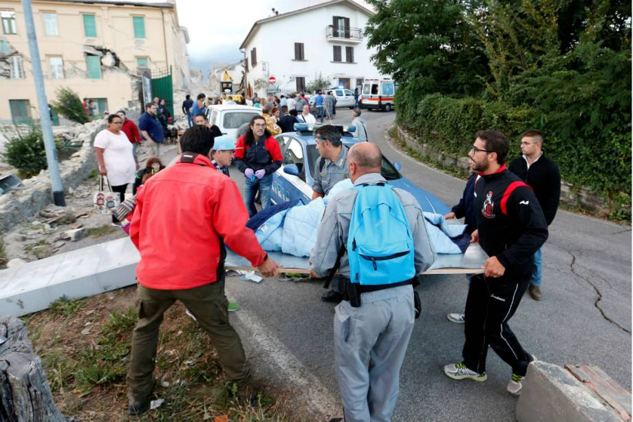 Civis ajudam no trabalho de resgate, em Amatrice, na Itália, após forte terremoto atingir a região - 24/08/2016