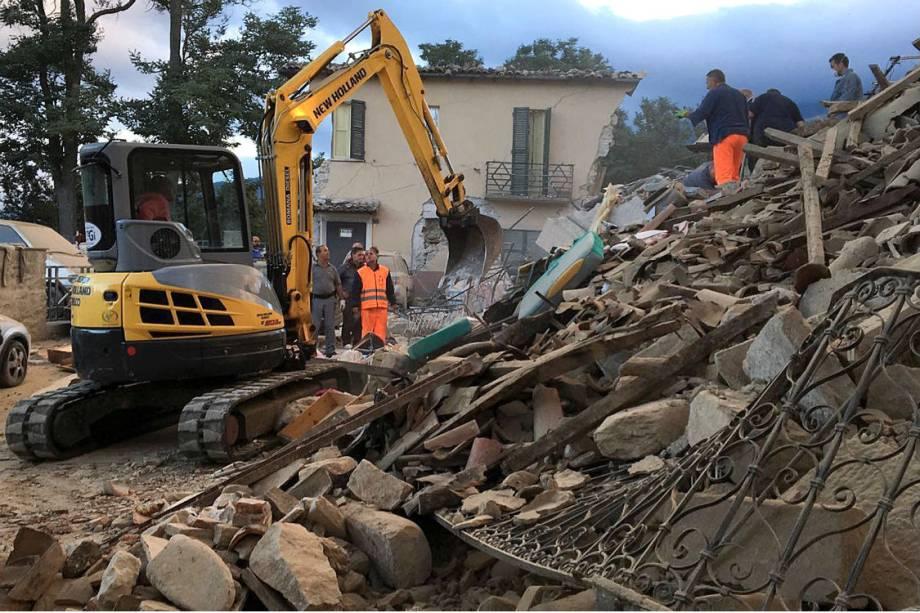 Socorristas recolhem escombros em Amatrice, no centro da Itália, após forte terremoto atingir a região - 24/08/2016