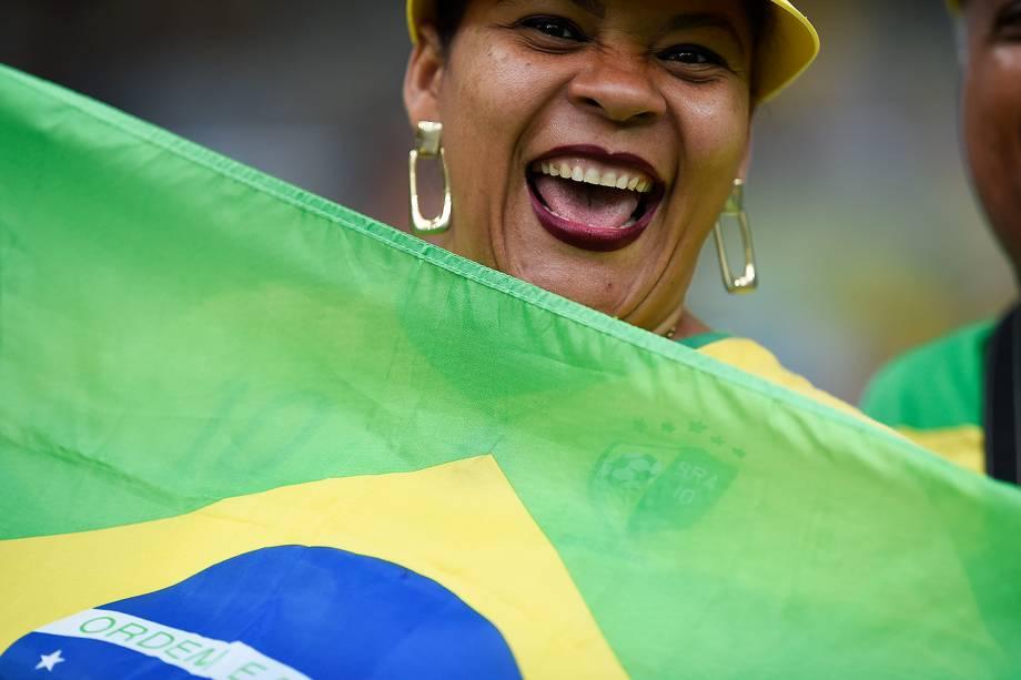 Torcedora do Brasil comparece no Maracanã para a final do futebol masculino contra a Alemanha