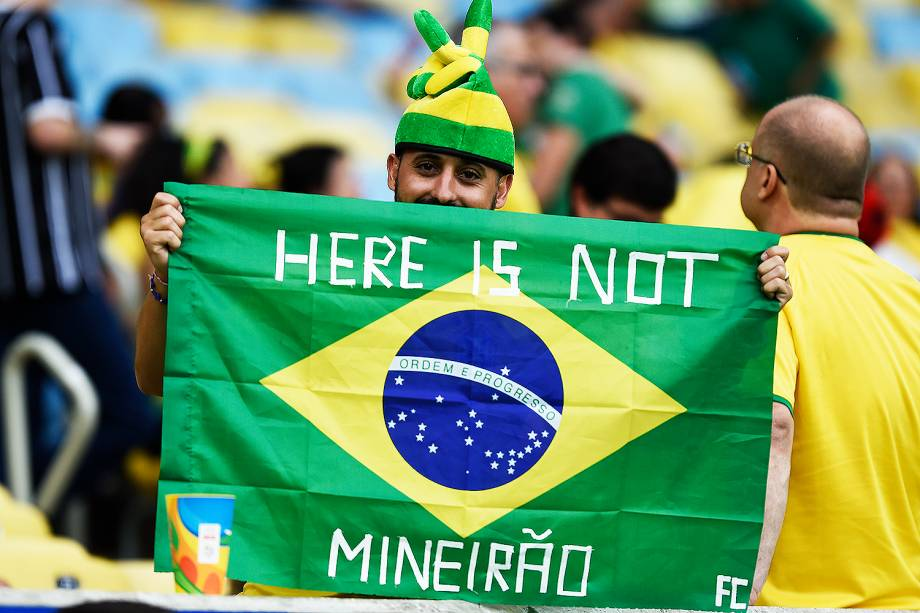 Torcedor do Brasil exibe bandeira na final do futebol masculino contra a Alemanha, no Maracanã