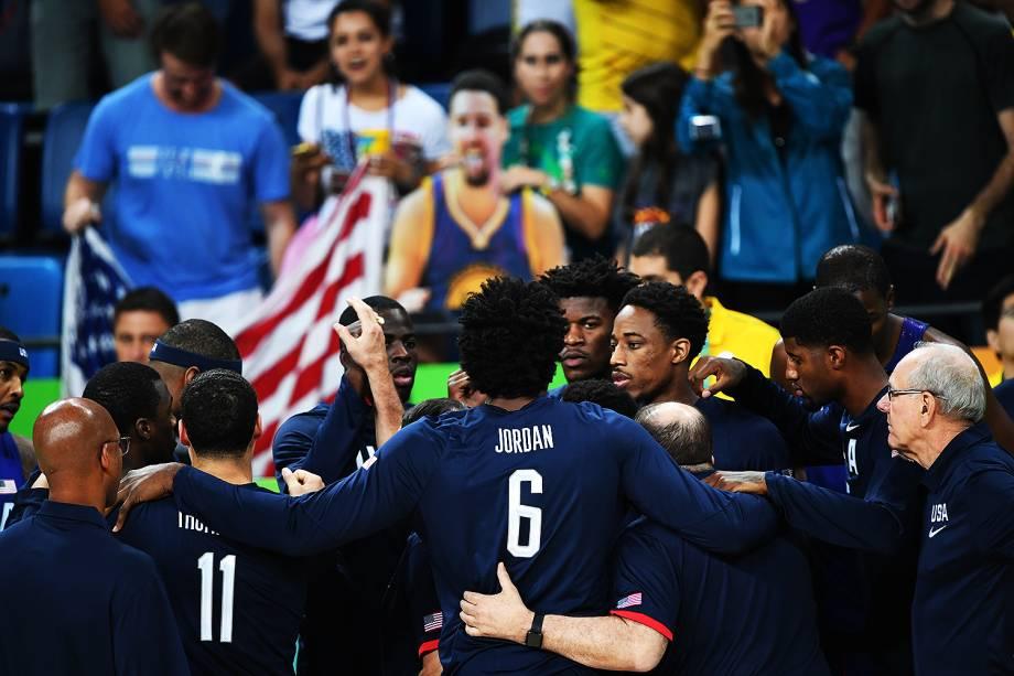 Seleção de basquete dos Estados Unidos durante o jogo contra a China, nas Olimpíadas Rio 2016