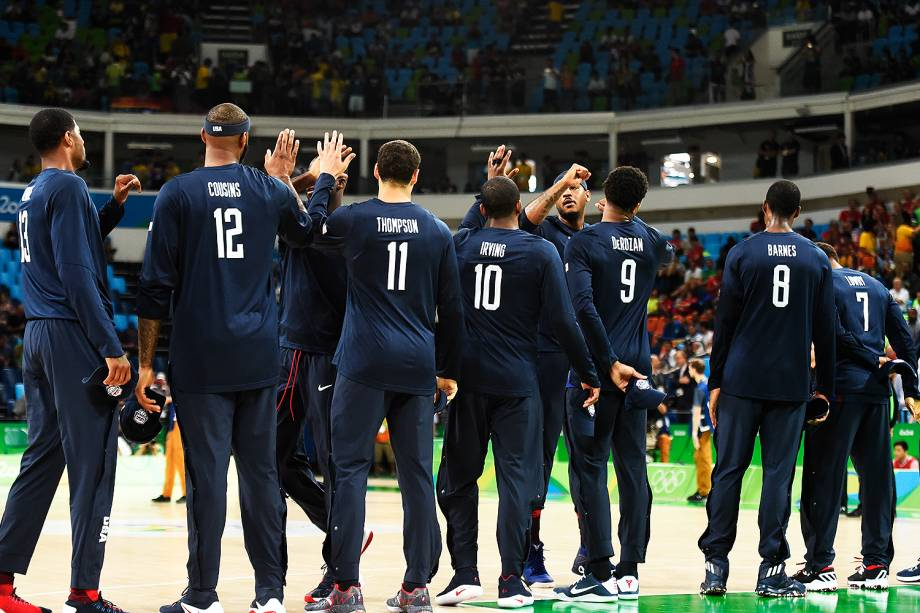 Jogadores dos Estados Unidos, durante a semifinal de basquete contra a Espanha