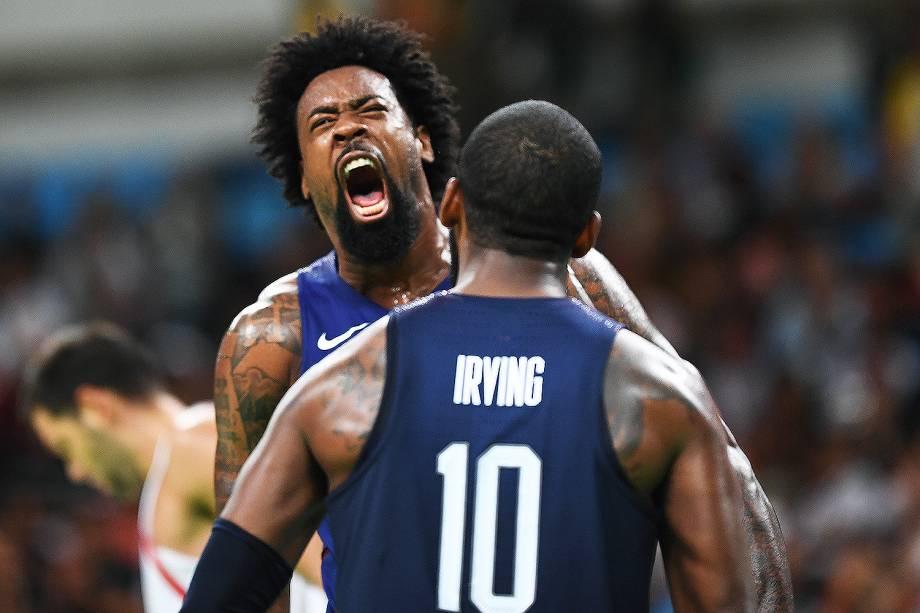 DeAndre Jordan e Kyrie Irving, dos Estados Unidos, comemoram ponto na semifinal de basquete contra a Espanha
