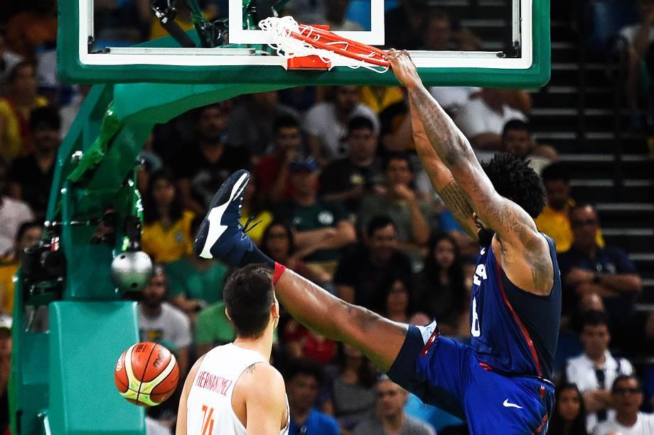 DeAndre Jordan, dos Estados Unidos, faz uma cesta na semifinal de basquete contra a Espanha