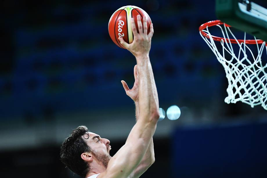 Pau Gasol, da Espanha, faz uma cesta na semifinal de basquete contra os Estados Unidos
