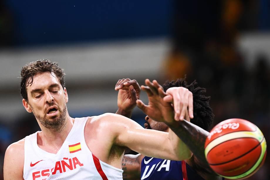 O espanhol Pau Gasol disputa a bola com DeAndre Jordan, dos Estados Unidos