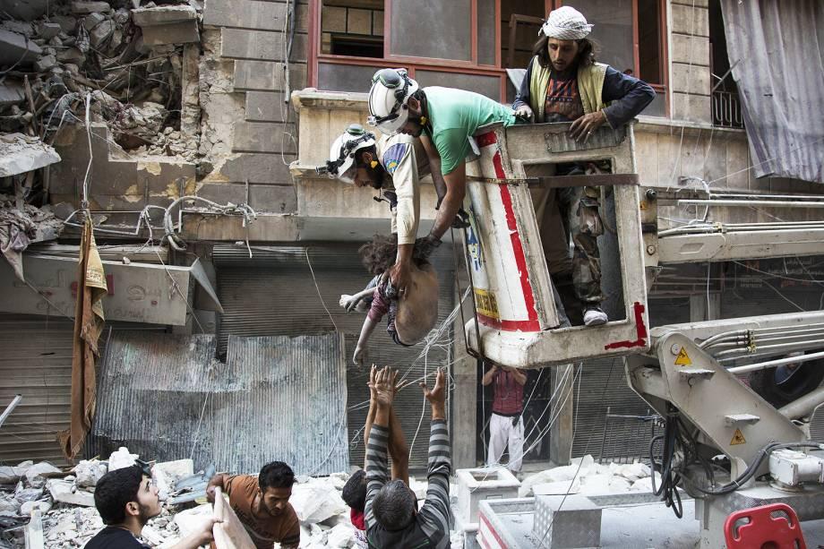 Equipes de resgate buscam sobreviventes no local de um bombardeio no bairro de Al-Shaar em Alepo, na Síria - 27-09-2016
