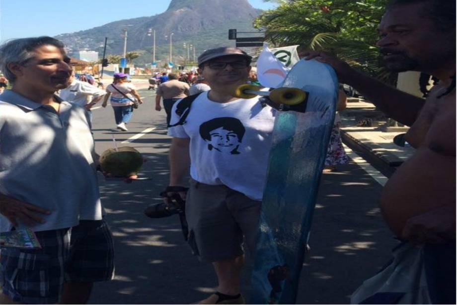 Alessandro Molon, da Rede, em campanha na praia de Ipanema: short e coco na mão