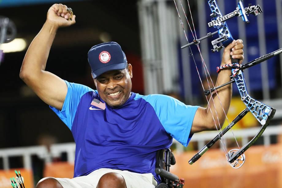 O americano Andre Shelby leva ouro no Tiro com Arco Paralímpico, no Sambódromo, no Rio de Janeiro - 14/09/2016