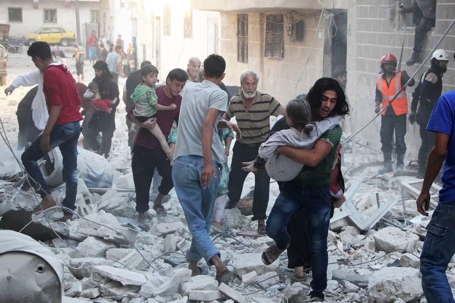 Equipes de resgate buscam sobreviventes no local de um bombardeio na cidade de Idlib , na Síria - 29-09-2016