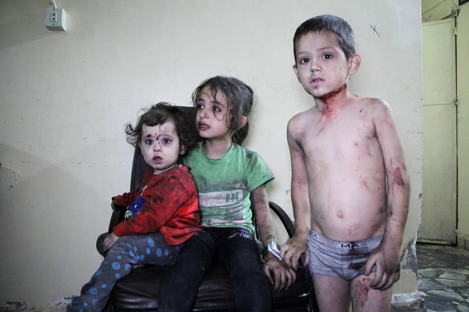 Crianças sírias feridas depois de um bombardeio aguardam para serem socorridas em um hospital de Idlib - 29-09-2016