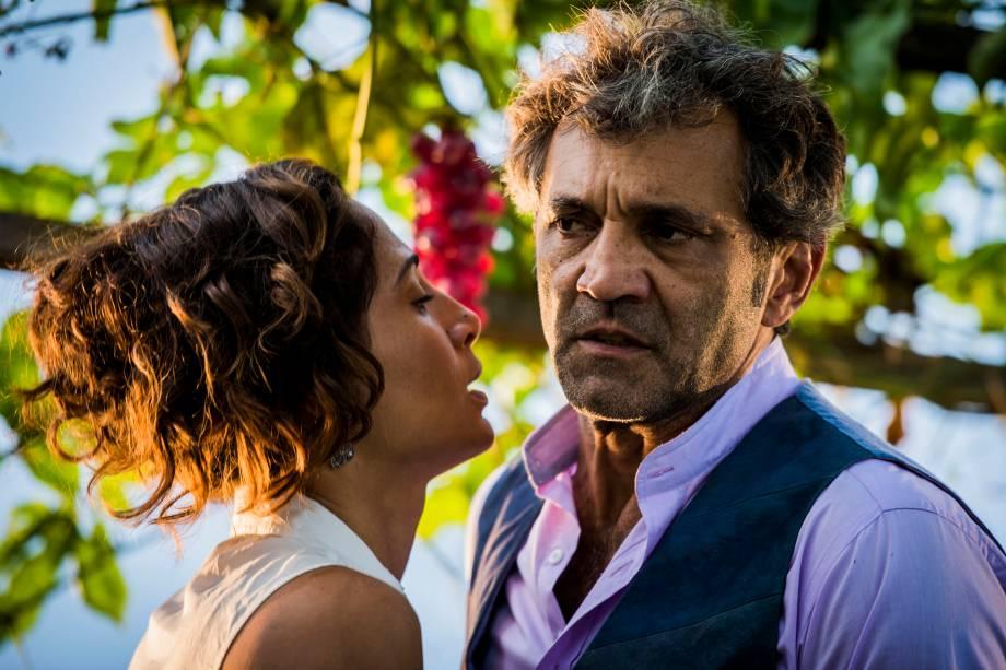 Santo (Domingos Montagner) e Tereza (Camila Pitanga) na novela 'Velho Chico'