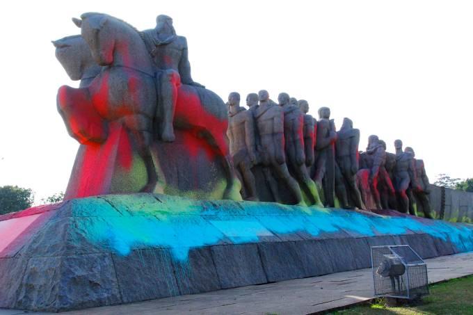 Monumento às Bandeiras amanhece pichado em São Paulo (SP)