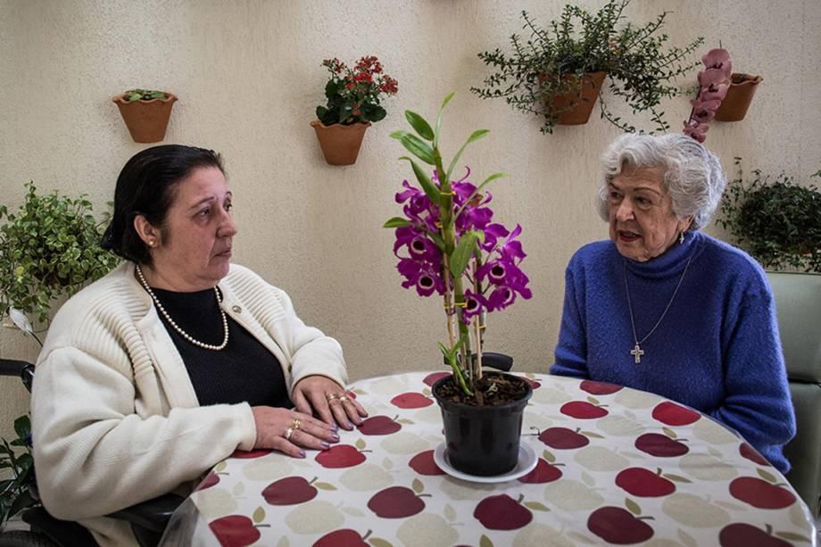 A paciente que recebe cuidados paliativos Rosary Guimarães e sua filha Maria do Carmo Silva Guimarães (cadeirante),  durante visita na clinica Sainte Marie, em São Paulo