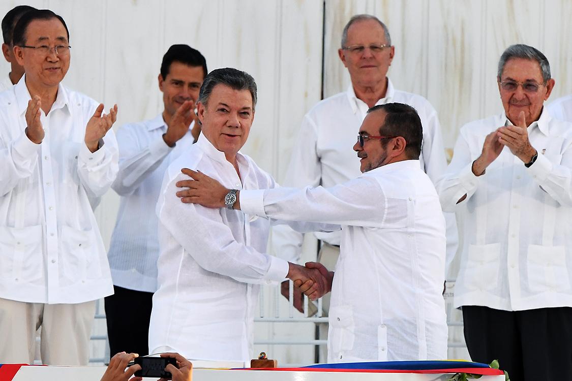 O presidente da Colômbia, Juan Manuel Santos, cumprimenta o líder das Farc, Rodrigo Londoño Echeverri (Timochenko), durante acordo de paz, em Cartagena
