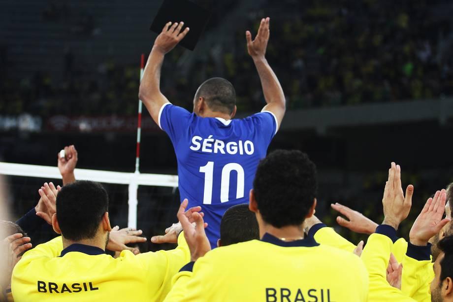 Serginho, da seleção brasileira masculina de vôlei, agradece o apoio da torcida após a partida contra Portugal pelo Desafio de Ouro, realizado na Arena da Baixada, em Curitiba (PR) - 03/09/2016