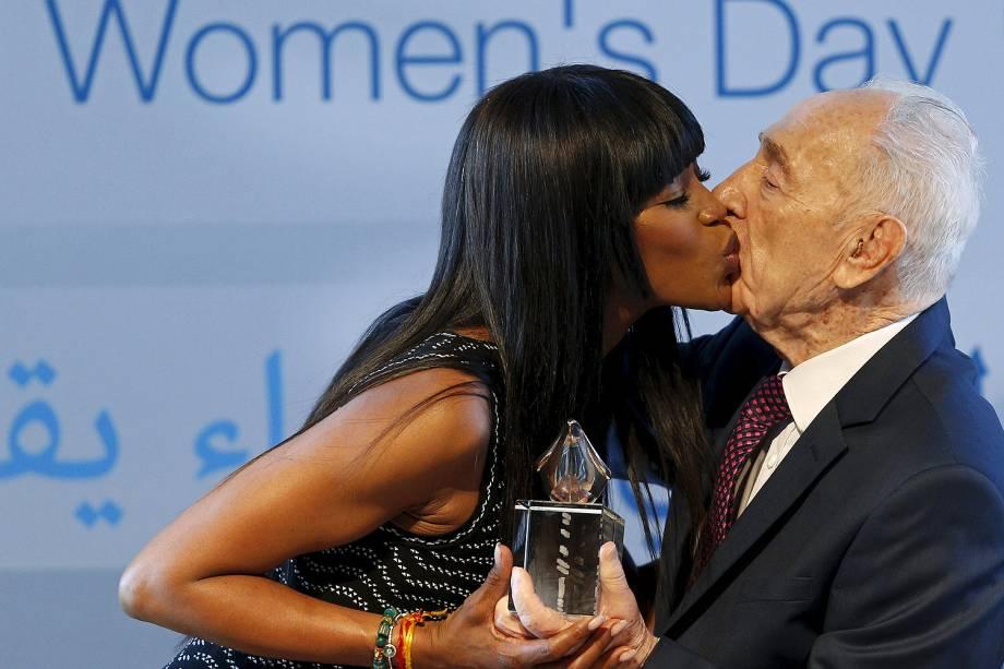 Naomi Campbell beija o ex-presidente israelense Shimon Peres ao receber um prêmio em evento marcando o Dia Internacional da Mulher no Centro Peres para a Paz, em Jaffa, perto de Tel Aviv - 08-03-2016