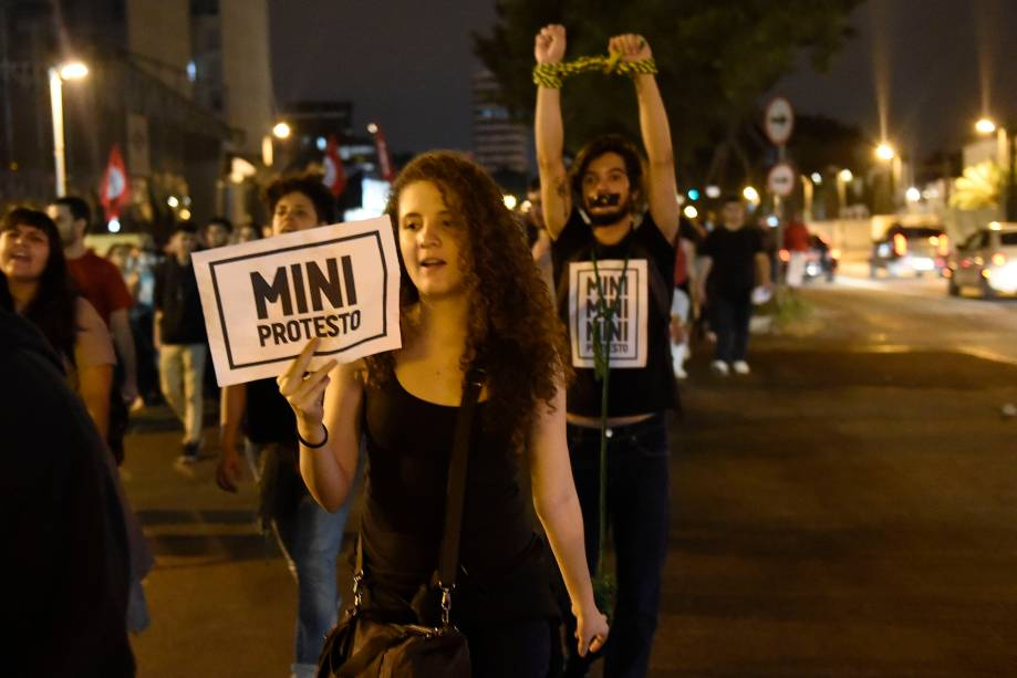 Manifestantes se concentram no Largo da Batata, em Pinheiros, na zona oeste da cidade durante protesto contra o presidente recém-empossado Michel Temer e por novas eleições presidenciais - 04/09/2016
