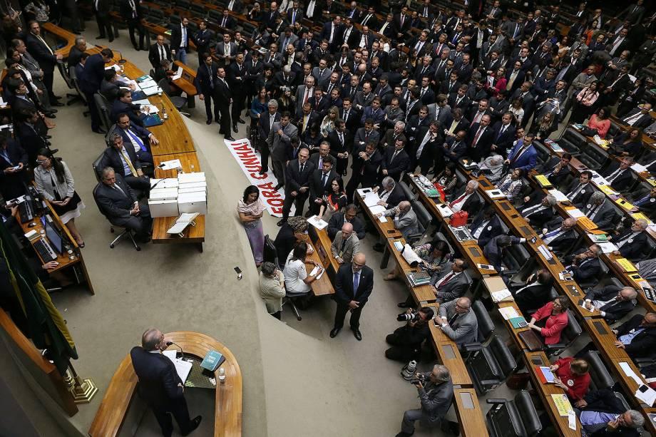 Por 450 votos, o deputado afastado Eduardo Cunha (PMDB-RJ) teve seu mandato cassado