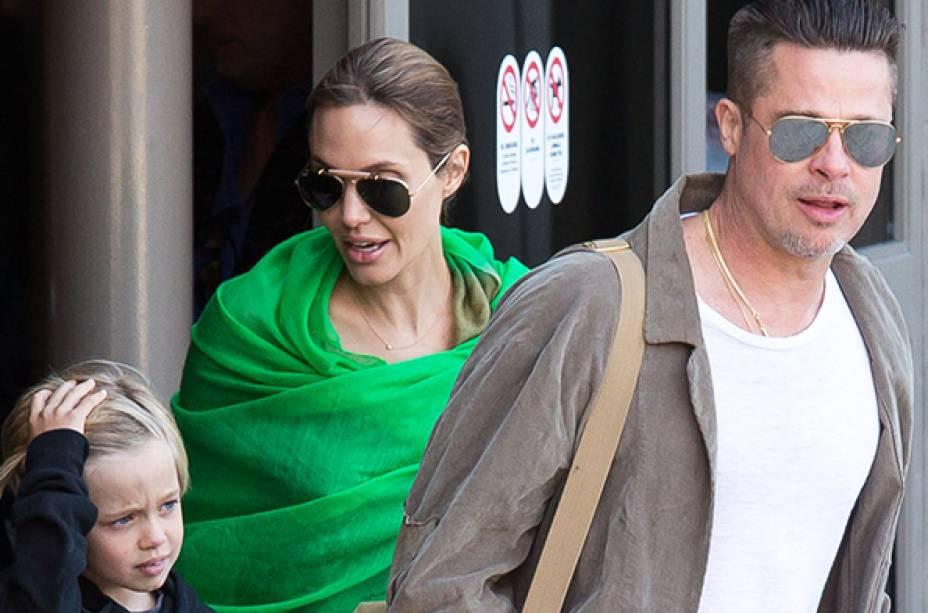 Os atores Brad Pitt e Angelina Jolie, são vistos com Shiloh Jolie-Pitt no Aeroporto Internacional de Los Angrles - 05/02/2014