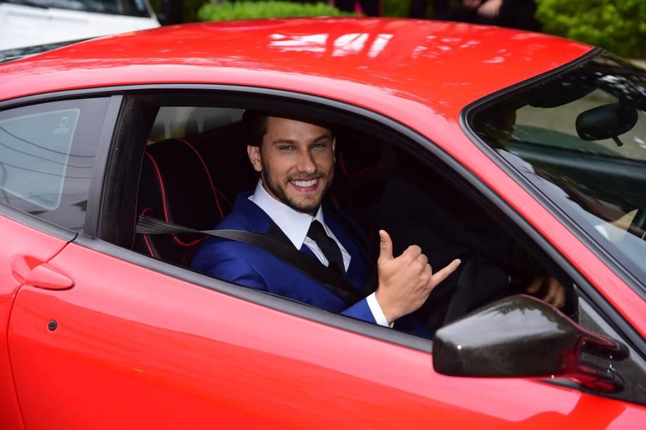 Eliéser Ambrósio chega ao casamento em uma Ferrari vermelha, avaliada em 800.000 reais