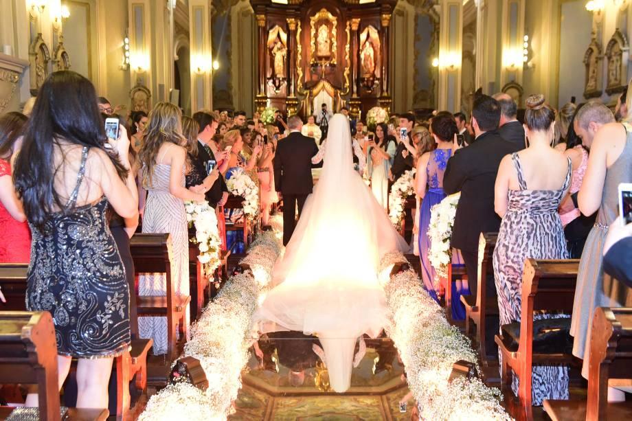 Os ex-BBBs Kamilla Salgado e Eliéser Ambrósio se casam na Capela da PUC, em São Paulo