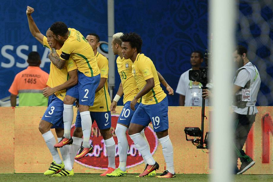 Jogadores do Brasil comemoram gol sobre a Colômbia, em Manaus