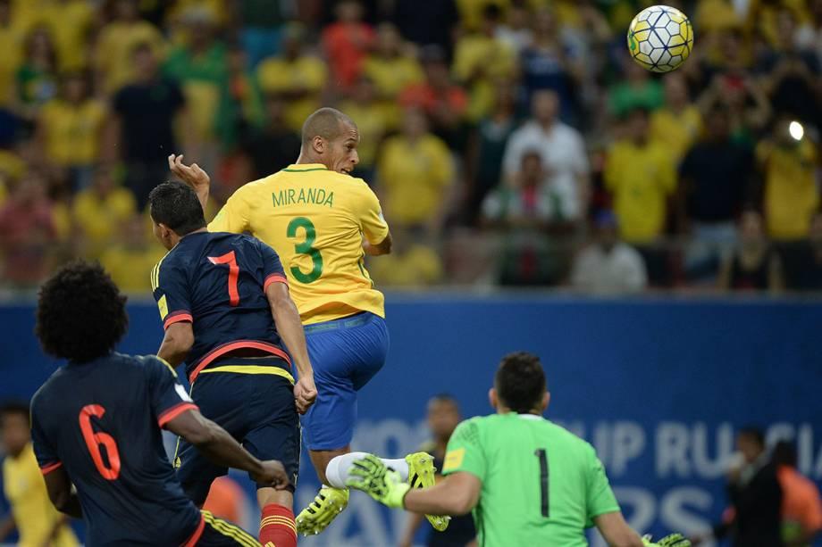 Miranda cabeceia a bola e marca gol sobre a Colômbia, em Manaus