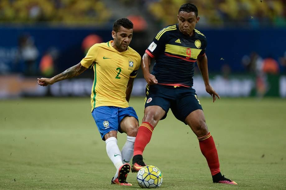 Daniel Alves disputa a bola no jogo contra a Colômbia, nas Eliminatórias da Copa, em Manaus