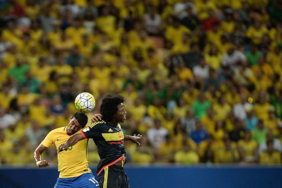 Paulinho disputa a bola no jogo contra a Colômbia, nas Eliminatórias da Copa, em Manaus